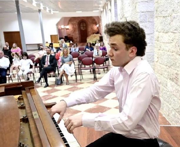 https://www.ragusanews.com//immagini_articoli/21-07-2021/a-naxos-e-taormina-i-concerti-del-palestinese-mohammed-al-sheikh-500.jpg