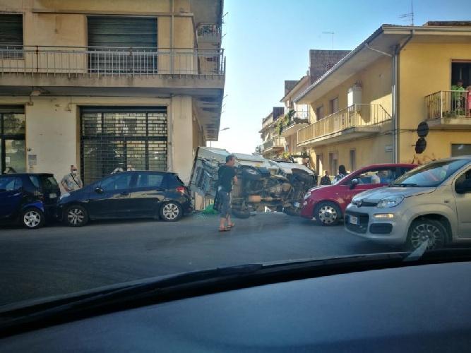 https://www.ragusanews.com//immagini_articoli/21-07-2021/ragusa-camion-dell-immondizia-si-ribalta-500.jpg