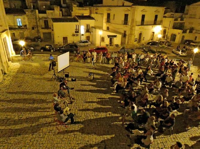 http://www.ragusanews.com//immagini_articoli/21-08-2014/la-scicli-di-rotoletti-e-come-il-western-di-sergio-leone-500.jpg