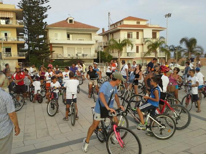 http://www.ragusanews.com//immagini_articoli/21-08-2014/tutti-in-bici-coinvolge-100-ciclisti-500.jpg