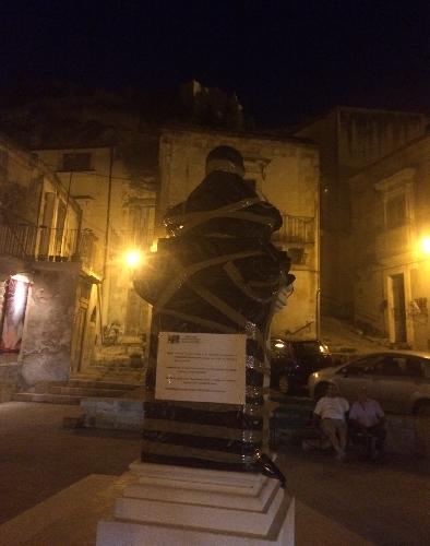 http://www.ragusanews.com//immagini_articoli/21-08-2014/un-monumento-a-scimone-500.jpg