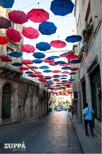 http://www.ragusanews.com//immagini_articoli/21-08-2015/ombrelli-contro-il-cielo-per-ripararsi-dal-carnevale-estivo-500.jpg
