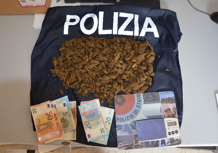 http://www.ragusanews.com//immagini_articoli/21-08-2017/mezzo-chilo-marijuana-arrestati-algerini-500.jpg
