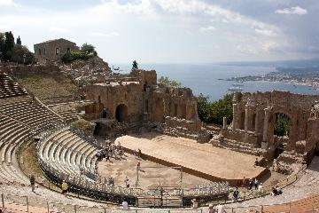 http://www.ragusanews.com//immagini_articoli/21-08-2017/opere-liriche-teatro-taormina-240.jpg