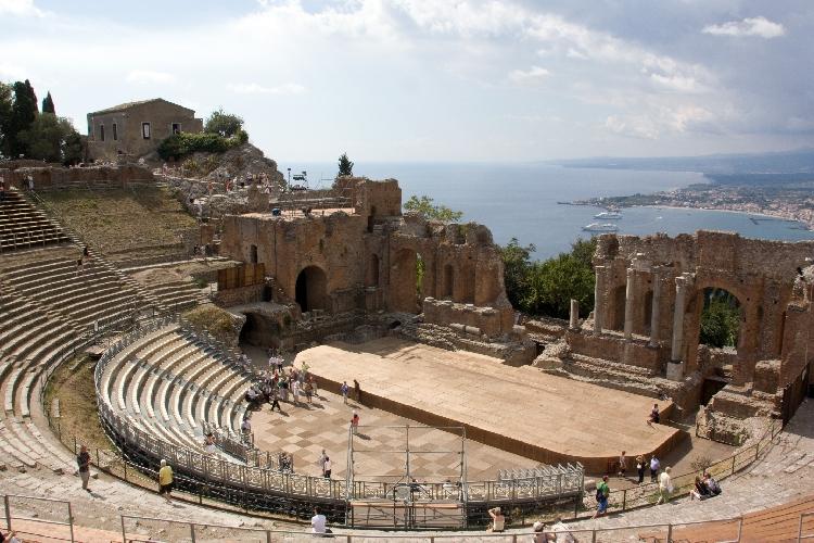 http://www.ragusanews.com//immagini_articoli/21-08-2017/opere-liriche-teatro-taormina-500.jpg