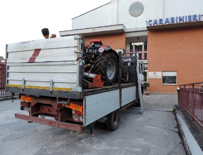 http://www.ragusanews.com//immagini_articoli/21-08-2017/tentano-rubare-trattore-locali-propriet-provincia-500.jpg
