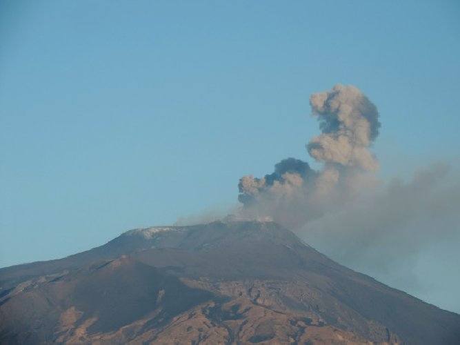 https://www.ragusanews.com//immagini_articoli/21-08-2018/sciame-sismico-etna-bronte-maletto-500.jpg