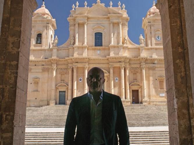 https://www.ragusanews.com//immagini_articoli/21-08-2020/i-turisti-pellegrini-in-sicilia-per-montalbano-500.jpg