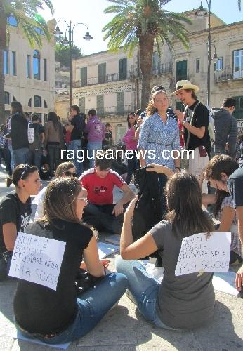 https://www.ragusanews.com//immagini_articoli/21-09-2011/modica-la-classe-pollaio-su-facebook-vogliamo-tornare-a-fare-lezione-500.jpg