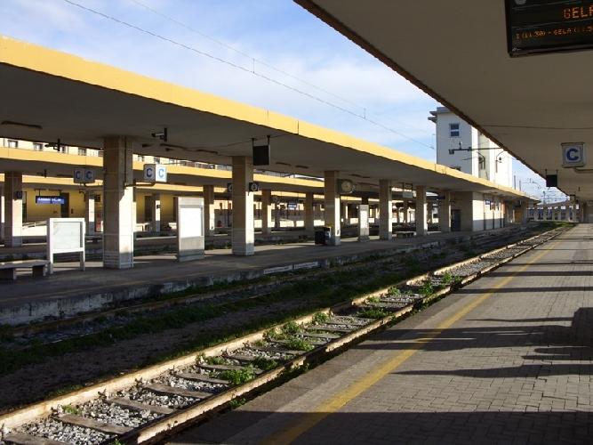 http://www.ragusanews.com//immagini_articoli/21-09-2015/ferrovie-il-treno-catania-palermo-non-viaggia-nei-festivi-500.jpg