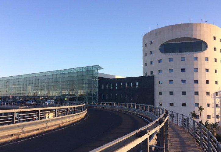 https://www.ragusanews.com//immagini_articoli/21-09-2018/aeroporto-settembre-ottobre-auto-rampa-partenze-500.jpg