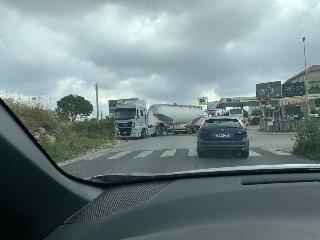 https://www.ragusanews.com//immagini_articoli/21-09-2019/motrice-sgancia-rimorchio-traffico-tilt-polo-commerciale-240.jpg