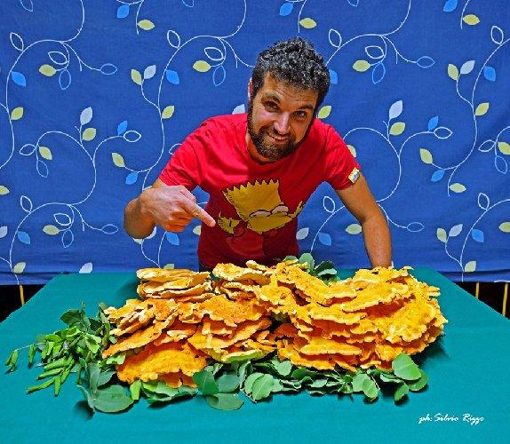 https://www.ragusanews.com//immagini_articoli/21-09-2019/vincenzo-e-il-suo-fungo-di-carrubo-di-sei-chili-foto-500.jpg