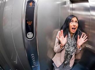 https://www.ragusanews.com//immagini_articoli/21-09-2020/4-persone-bloccate-in-ascensore-a-ragusa-salvate-240.jpg