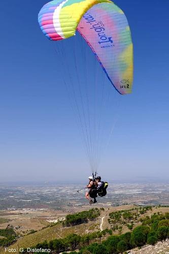 https://www.ragusanews.com//immagini_articoli/21-09-2021/1632204598-chiaramonte-giu-col-parapendio-da-contrada-petraro-foto-video-3-500.jpg