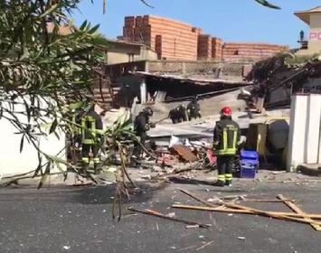 https://www.ragusanews.com//immagini_articoli/21-09-2021/1632234147-panificio-esplode-nessun-ferito-ma-edificio-distrutto-foto-video-3-280.jpg