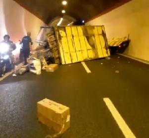 https://www.ragusanews.com//immagini_articoli/21-09-2021/camion-carico-di-pesce-si-scontra-con-un-bus-e-si-ribalta-in-galleria-video-280.jpg
