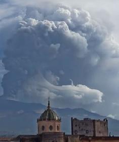 https://www.ragusanews.com//immagini_articoli/21-09-2021/etna-fontana-di-lava-la-nube-di-fumo-tocca-i-9mila-metri-video-280.jpg