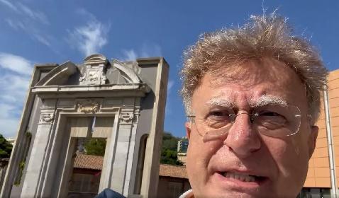 https://www.ragusanews.com//immagini_articoli/21-09-2021/messina-red-ronnie-non-mostra-il-green-pass-e-resta-fuori-dal-museo-video-280.jpg