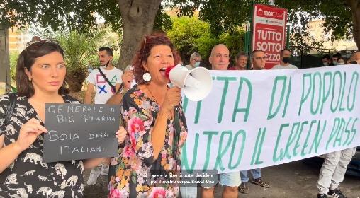 https://www.ragusanews.com//immagini_articoli/21-09-2021/protesta-contro-il-generale-figliuolo-in-visita-in-sicilia-video-280.jpg