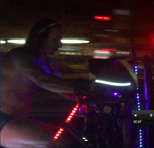 http://www.ragusanews.com//immagini_articoli/21-10-2015/nudo-su-una-bici-custom-a-roma-video-500.png