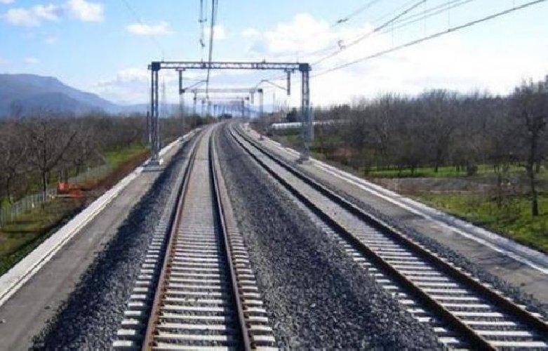 https://www.ragusanews.com//immagini_articoli/21-10-2018/cadavere-binari-ferrovia-blocca-catania-siracusa-500.jpg