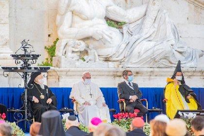 https://www.ragusanews.com//immagini_articoli/21-10-2020/il-papa-con-la-mascherina-in-campidoglio-salta-il-distanziamento-280.jpg