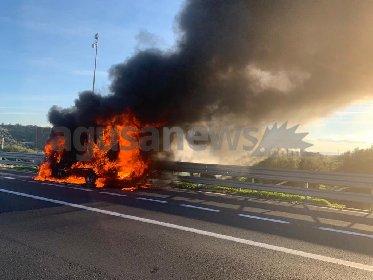 https://www.ragusanews.com//immagini_articoli/21-10-2020/si-incendia-furgone-sulla-catania-siracusa-salvo-autista-280.jpg