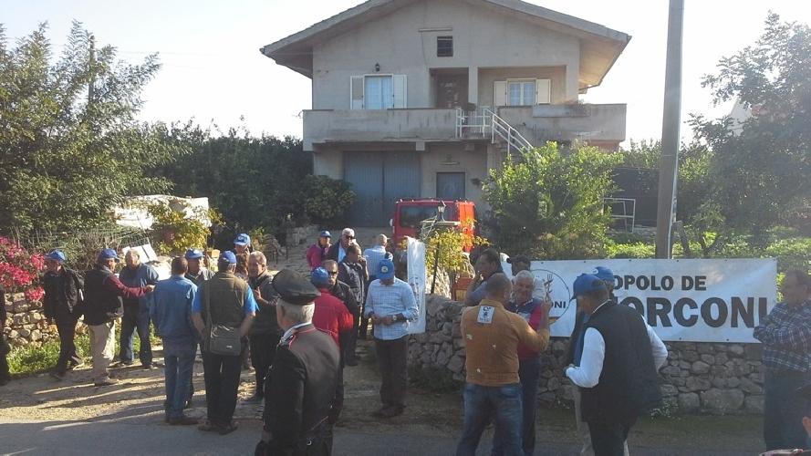 http://www.ragusanews.com//immagini_articoli/21-11-2014/i-forconi-presidiano-casa-pacetto-500.jpg