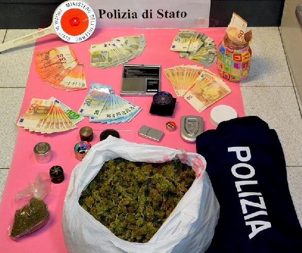 http://www.ragusanews.com//immagini_articoli/21-11-2017/chilo-marijuana-arrestati-quattro-giovani-modicani-incensurati-500.jpg