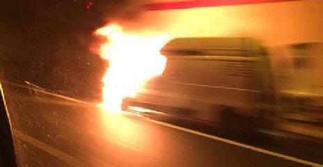 https://www.ragusanews.com//immagini_articoli/21-11-2019/furgone-in-fiamme-siracusa-catania-traffico-in-tilt-in-autostrada-240.jpg