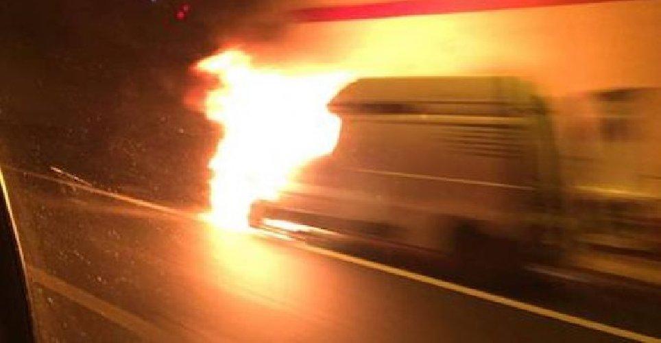 https://www.ragusanews.com//immagini_articoli/21-11-2019/furgone-in-fiamme-siracusa-catania-traffico-in-tilt-in-autostrada-500.jpg