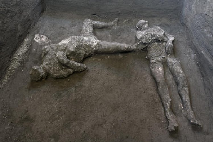 https://www.ragusanews.com//immagini_articoli/21-11-2020/archeologia-due-corpi-intatti-scoperti-a-pompei-500.jpg