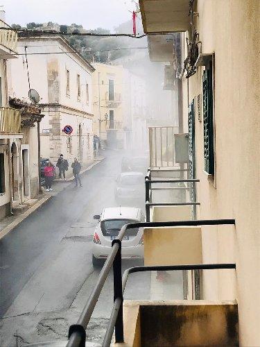 https://www.ragusanews.com//immagini_articoli/21-11-2020/fili-dell-illuminazione-pubblica-a-fuoco-in-via-carcere-a-scicli-500.jpg