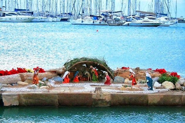 http://www.ragusanews.com//immagini_articoli/21-12-2016/marina-torna-il-presepe-galleggiante-420.jpg