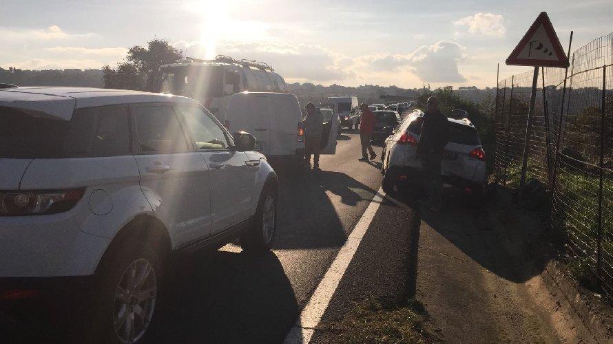 https://www.ragusanews.com//immagini_articoli/21-12-2018/tamponamento-ponte-guerrieri-traffico-paralizzato-500.jpg