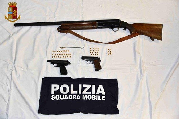 https://www.ragusanews.com//immagini_articoli/21-12-2019/nascondeva-a-casa-armi-rubate-e-contraffatte-arrestato-500.jpg
