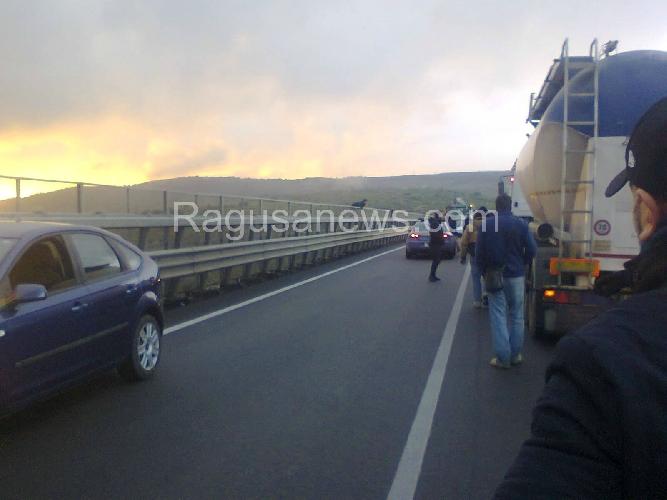 http://www.ragusanews.com//immagini_articoli/22-01-2015/minaccia-suicidio-dal-ponte-per-evitare-carcere-500.jpg
