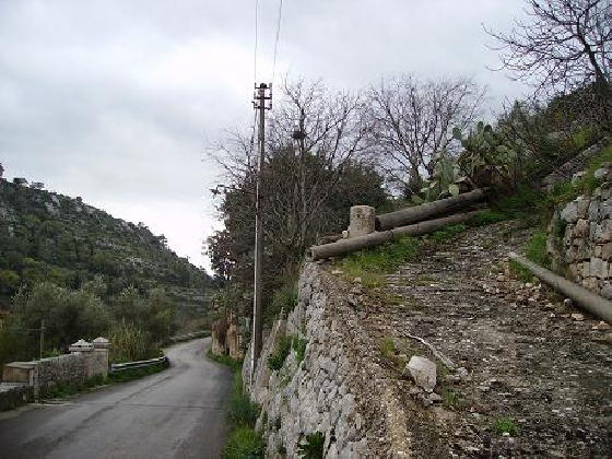 http://www.ragusanews.com//immagini_articoli/22-01-2017/frane-chiusa-strada-fiumara-modica-scicli-420.jpg