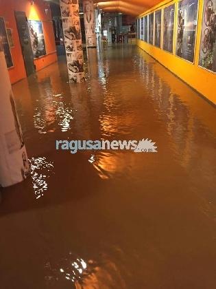 http://www.ragusanews.com//immagini_articoli/22-01-2017/piogge-torrenziali-pure-cineplex-allagato-420.jpg