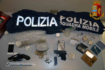 https://www.ragusanews.com//immagini_articoli/22-01-2019/armi-droga-arrestato-incensurato-vittoria-240.jpg