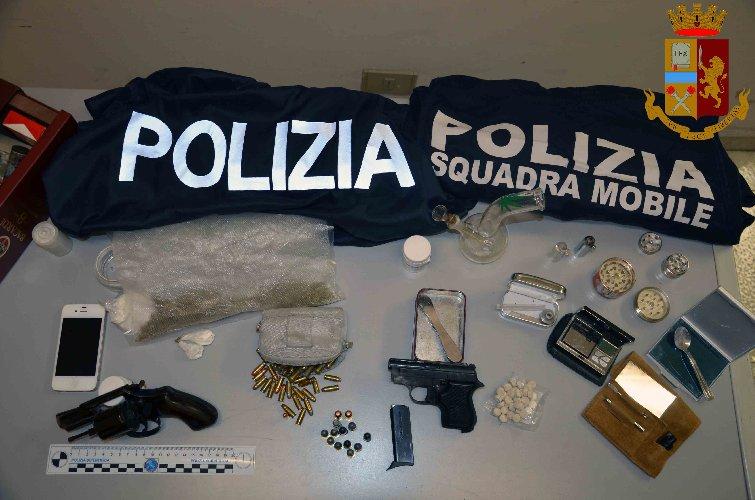 https://www.ragusanews.com//immagini_articoli/22-01-2019/armi-droga-arrestato-incensurato-vittoria-500.jpg
