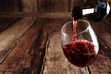 https://www.ragusanews.com//immagini_articoli/22-01-2019/vino-sicilia-prodotte-milioni-bottiglie-240.jpg
