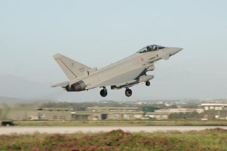 http://www.ragusanews.com//immagini_articoli/22-02-2016/un-aereo-maltese-sul-cielo-di-comiso-due-caccia-in-volo-500.jpg