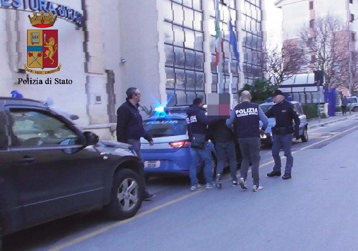 https://www.ragusanews.com//immagini_articoli/22-02-2018/ragusa-brucio-auto-compagno-moglie-arrestato-stalker-500.jpg
