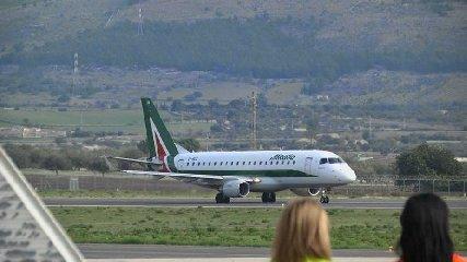 https://www.ragusanews.com//immagini_articoli/22-02-2019/comiso-prove-decollo-alitalia-savvicina-240.jpg