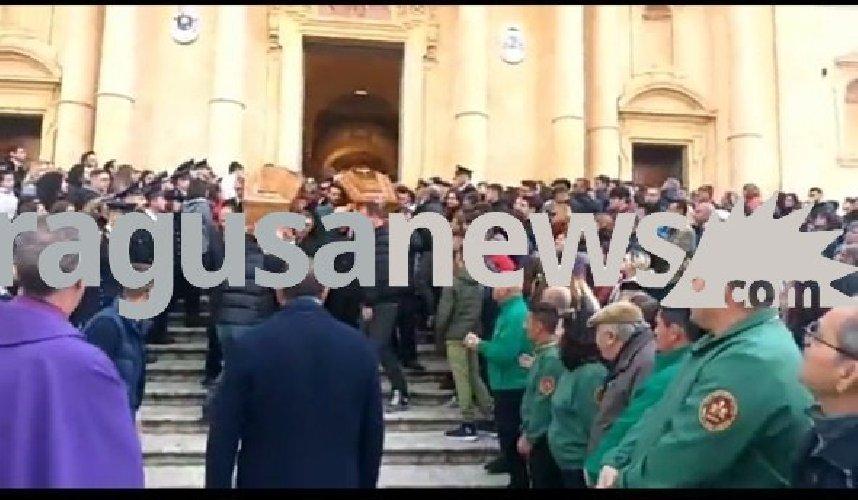 https://www.ragusanews.com//immagini_articoli/22-02-2019/noto-impietrita-saluta-manuel-gabriele-500.jpg