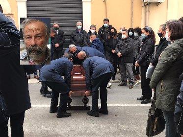 https://www.ragusanews.com//immagini_articoli/22-02-2021/bagno-folla-vittoria-funerali-scultore-arturo-modica-280.jpg