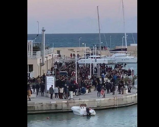 https://www.ragusanews.com//immagini_articoli/22-02-2021/sicilia-primo-weekend-giallo-folla-a-marina-di-ragusa-video-500.jpg