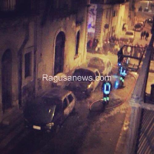 http://www.ragusanews.com//immagini_articoli/22-03-2015/tre-auto-a-fuoco-in-via-piave-500.jpg